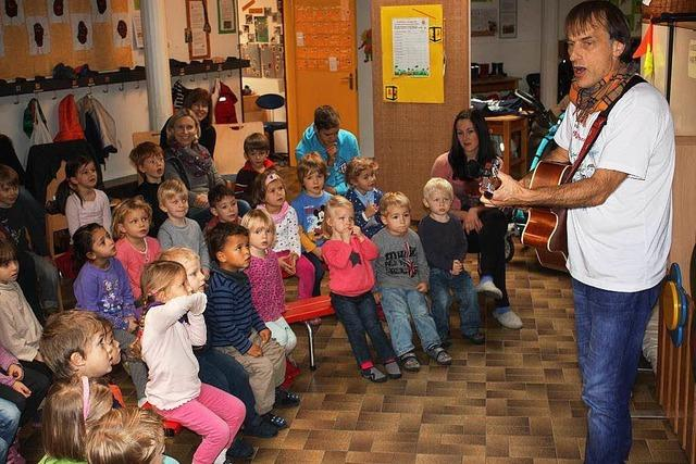 Gitarrist Thommi Baake singt mit Kindern
