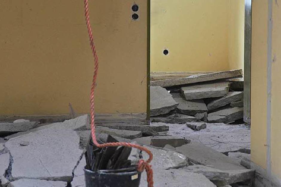 Schritt für Schritt wird der katholische Kindergarten in Merzhausen abgerissen. (Foto: Sophia Hesser)