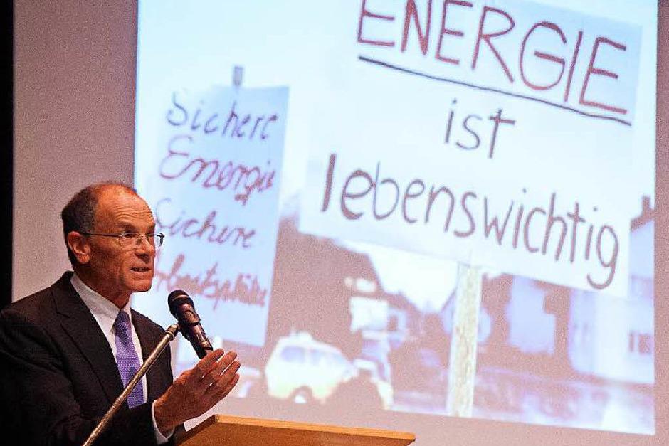 Wyhls Bürgermeister Joachim Ruth betonte bei der Begrüßung, dass die Gemeinde auch ohne Atomkraftwerk zu Wohlstand, Arbeitsplätzen und einem hohen Anteil an eigener und obendrein sauberer  Strom- und Energieproduktion gekommen sei. (Foto: Martin Wendel)