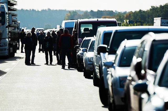 Bus mit Kindern auf Autobahn verunglückt - Fünfjähriger tot