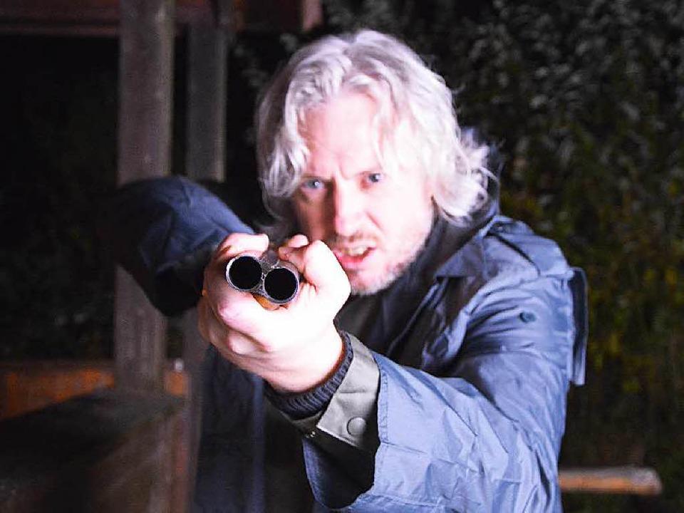 Ralf H. Dorweiler im Film mit Waffe.  | Foto: Ralf H. Dorweiler