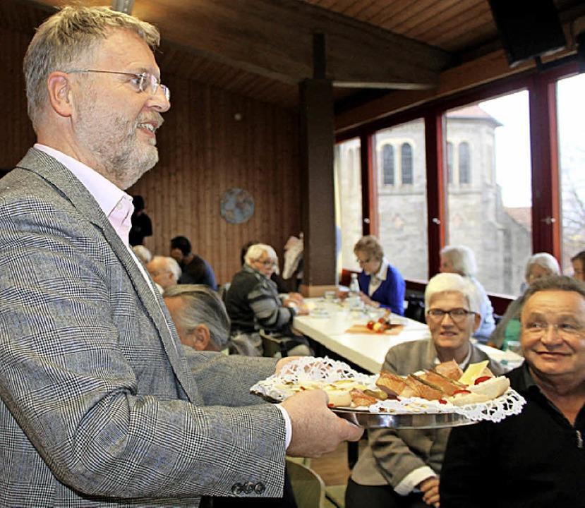 Pfarrer Michael Hipp von der katholisc...ohl der Besucher des Begegnungsfestes.  | Foto: Martha Weishaar