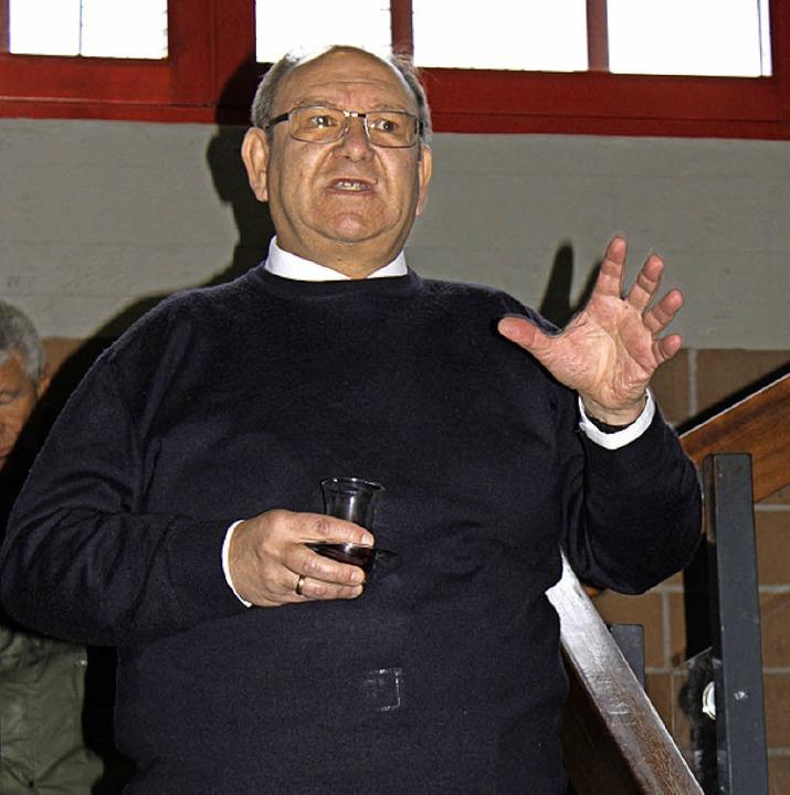 Der evangelische Pfarrer Matthias Geib begrüßt die Gäste des Begenungsfestes.  | Foto: Martha Weishaar