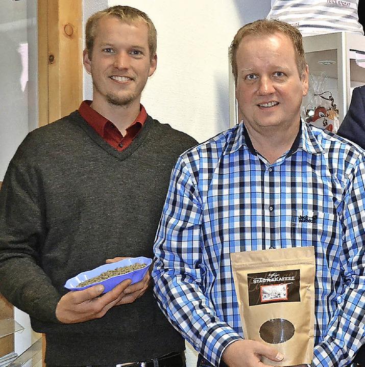 Joscha Krause (links) und  Karl-Heinz ...entieren den Löffinger Städlekaffee.    | Foto: Schilling