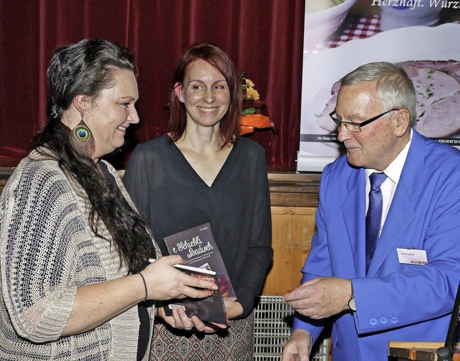 Die ersten druckfrischen Buchexemplare...220; Annette Pfau und Christa Rinklin.  | Foto: Christel Hülter-Hassler
