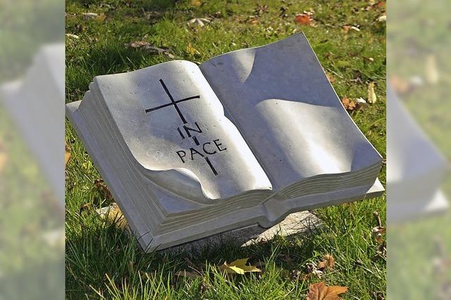 Ein aufgeschlagenes Buch empfängt die Besucher