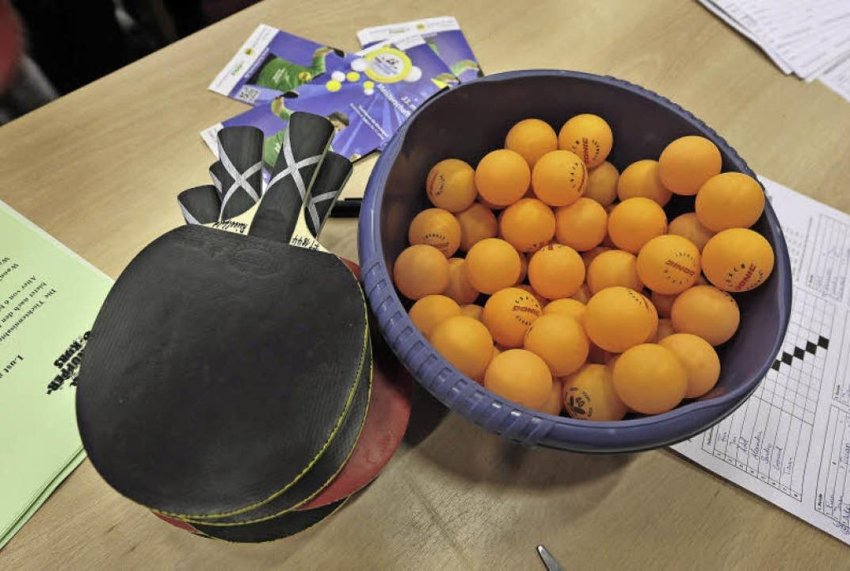 Die Grundausrüstung für  Tischtennisfans: Schläger und viele kleine Bälle.    Foto: Thomas Kunz