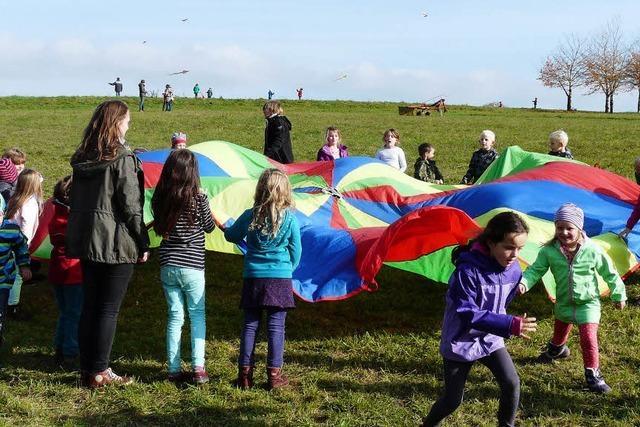 Schüler lassen Drachen steigen