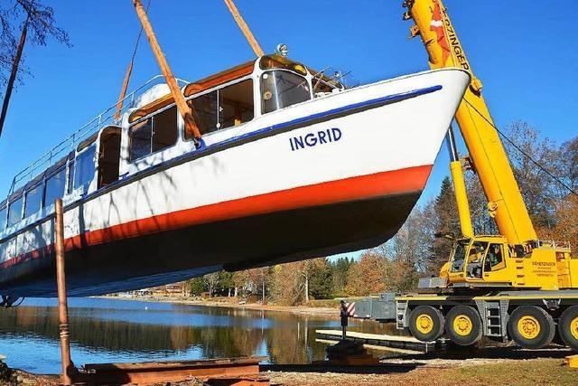 Wasserstand zu niedrig: Kran hebt Schiffe aus Titisee