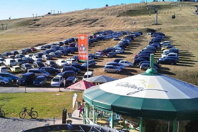 Ansturm auf den Feldberg: Ausflügler parken auf Skihang