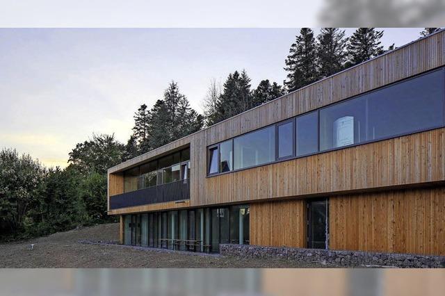Modernes Holzhaus für den Forst