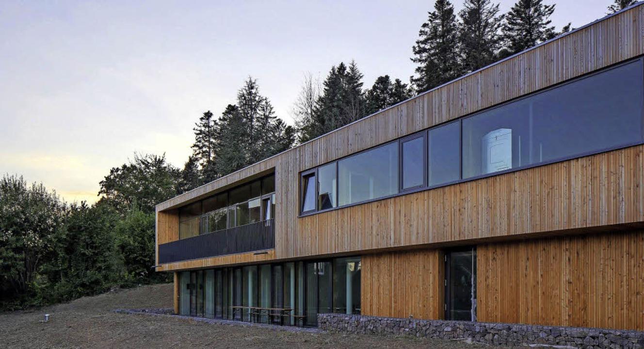 Viel Holz, klare Linien – der ne...hat  einen Architekturpreis gewonnen.   | Foto: ZVG