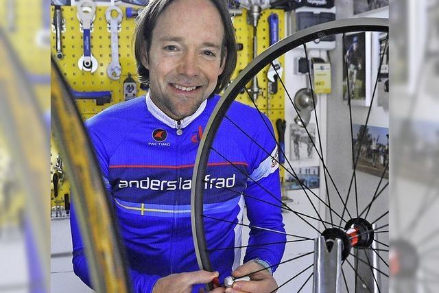 Anders-Laufrad-Werkstatt bedient als Teilzeitunternehmer Rennradfahrer