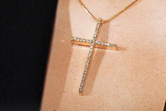 Kita-Erzieherin darf Halskette mit Kreuz tragen