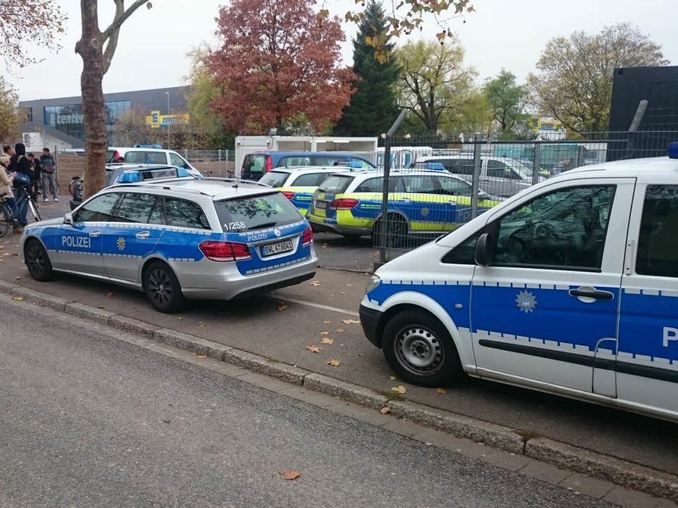 Polizeieinsatz an der EA in Freiburg.  | Foto: Patrick Kerber