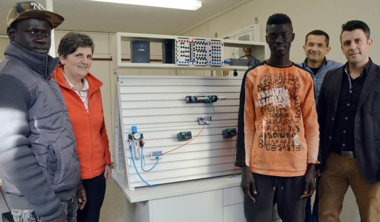 Omar Drammeh und Bara Kan aus Gambia w...armann vor einem penumatischen Modell.  | Foto: Ingrid Böhm-Jacob