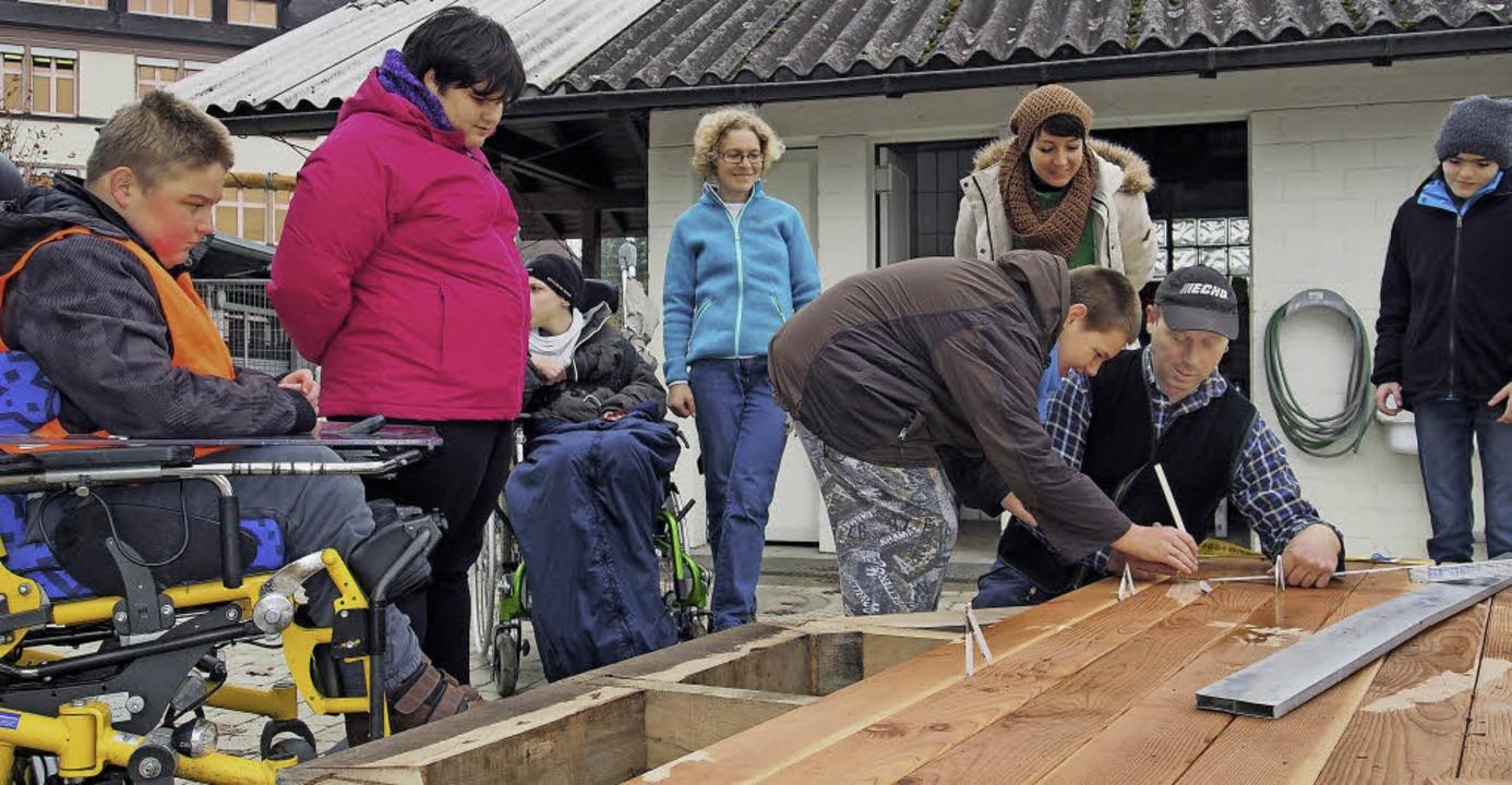 Selbst Hand anlegen ist das  Konzept d...n das Podest ihres Spielplatzes baut.     Foto: St. Josefshaus Herten