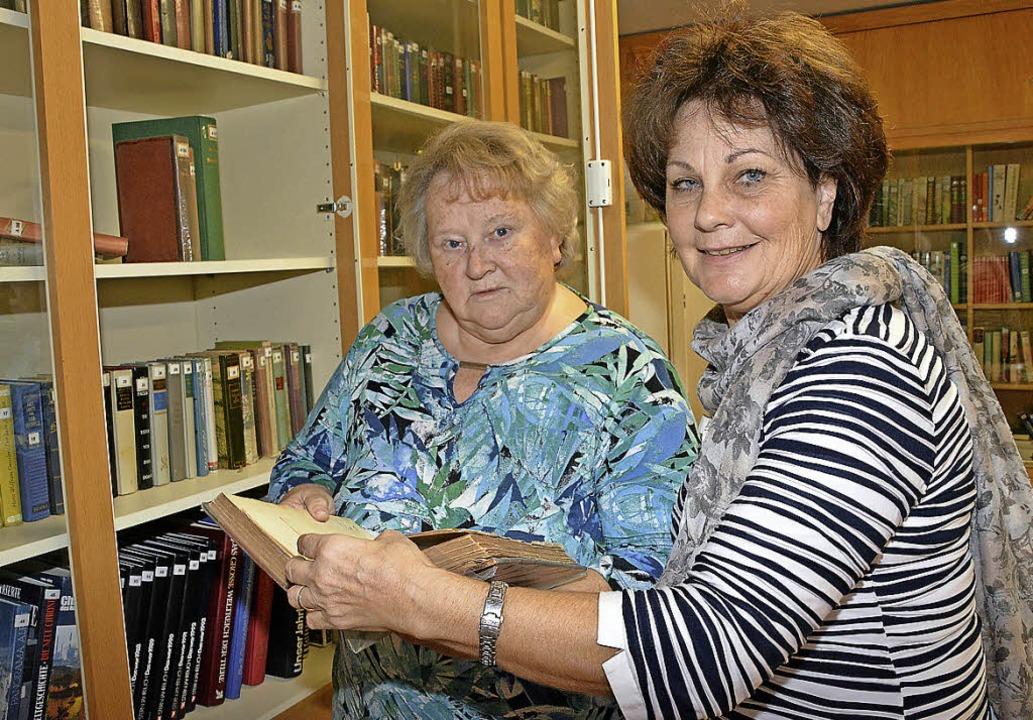 Stöbern im alten Buchbestand des Verei...er, rechts Vorsitzende Angelika Rutner  | Foto: Danielle Hirschberger