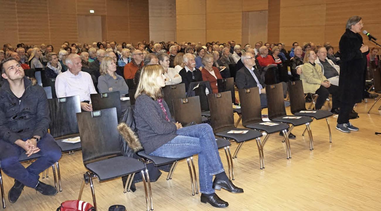 Rund 250 Leute kamen zur Bürgerinformationsveranstaltung ins Forum.  | Foto: Julius Wilhelm Steckmeister