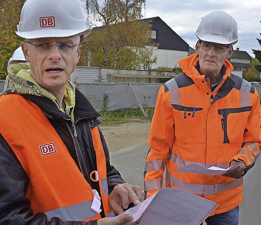 Bahnsprecher Michael Breßmer (links) u...berwacher Karsten Heinritz informieren  | Foto: Jochen Fillisch