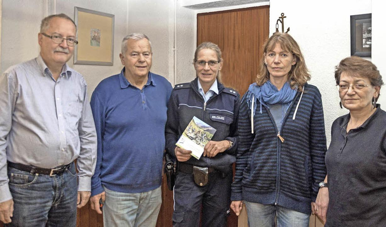 Isabelle Sexauer (Bildmitte) bei ihrem...kas von der AWO Waldkirch (von links)   | Foto: Helmut Rothermel