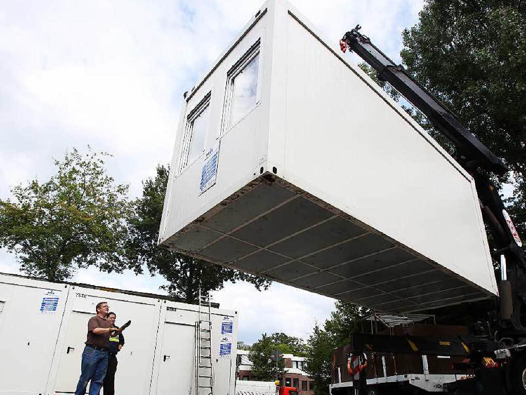 freiburg gundelfinger stra e 350 fl chtlinge kommen in neue unterkunft in z hringen badische. Black Bedroom Furniture Sets. Home Design Ideas
