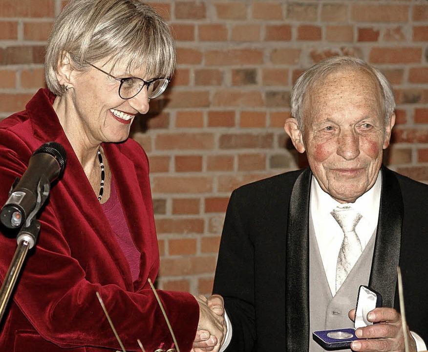 Landrätin Dorothea Störr-Ritter überre...äß die Medaille für seine Verdienste.   | Foto: Karin Wortelkamp