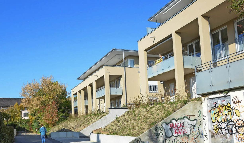 Die beiden Häuser  für das  Service-Wo...traße. Auch sie sind  bereits bezogen.  | Foto: Christina Hohwieler