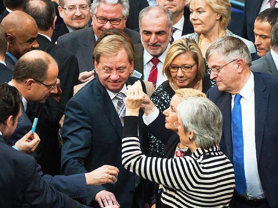 Nach intensiver Debatte geben die Bundestagsabgeordneten ihr Votum ab.   | Foto: dpa