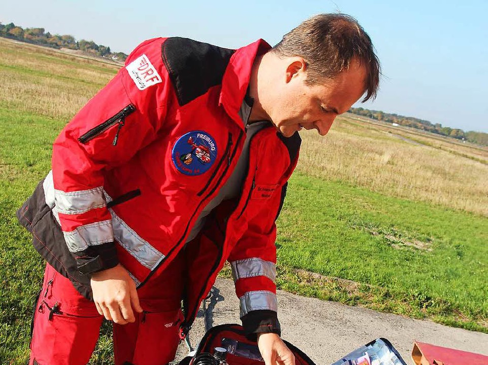 Notarzt Frank Lerch ordnet seinen Koffer.  | Foto: Michael Saurer