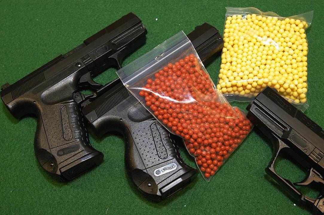 Softair-Waffen gibt es zum Teil in Spielwarenläden zu kaufen.  | Foto: Ingo Schneider