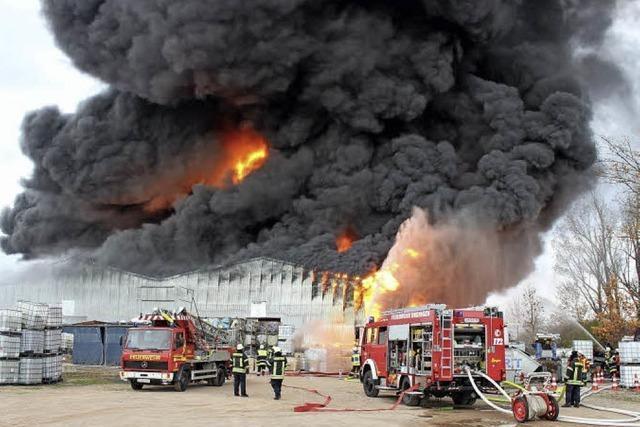 Lagerhalle mit Kunststoff abgebrannt