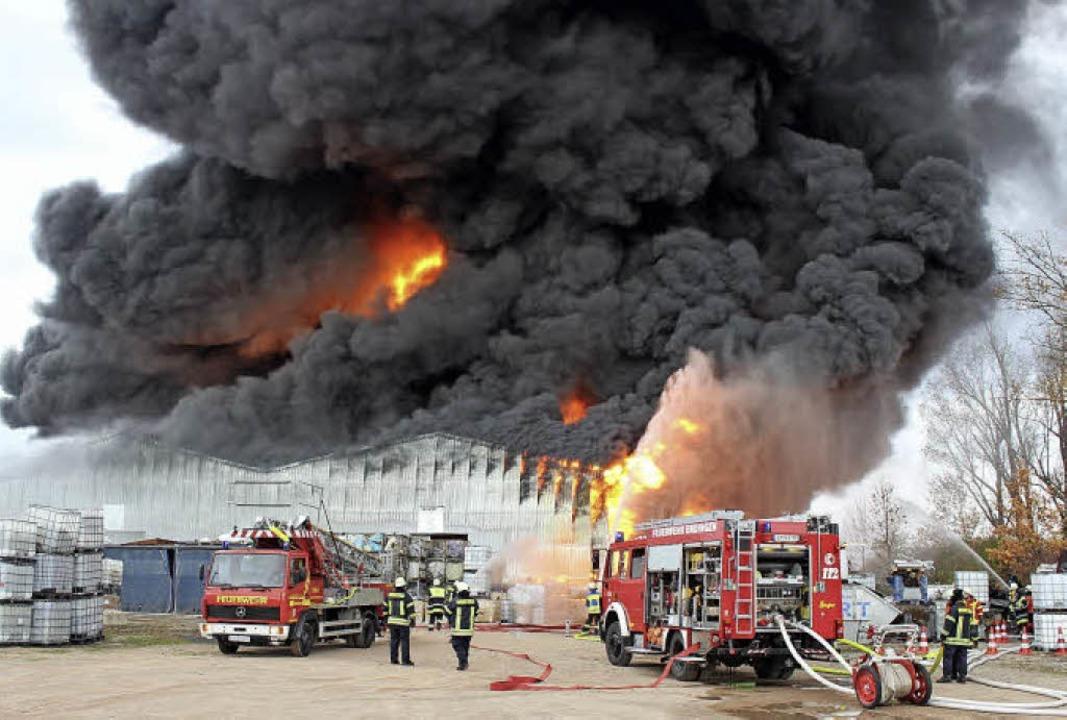 Das Feuer vernichtete die Lagerhalle der Recyclingfirma KVS in Herbolzheim.    Foto: Dennis Özkan