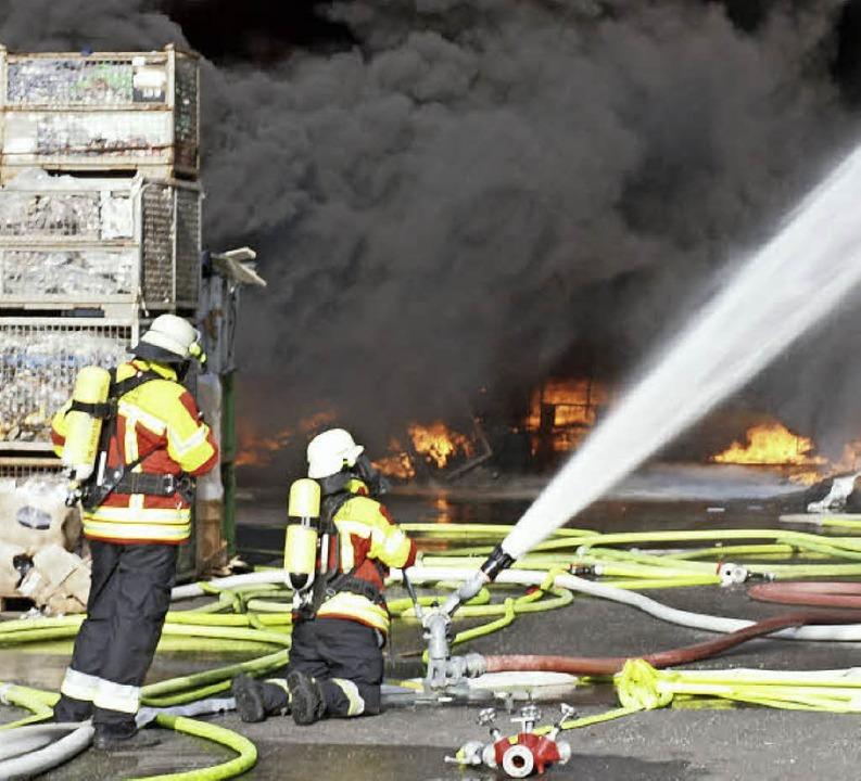 Volles Rohr: Kampf gegen die Flammen auf dem KVS-Gelände.    Foto: Michael Haberer