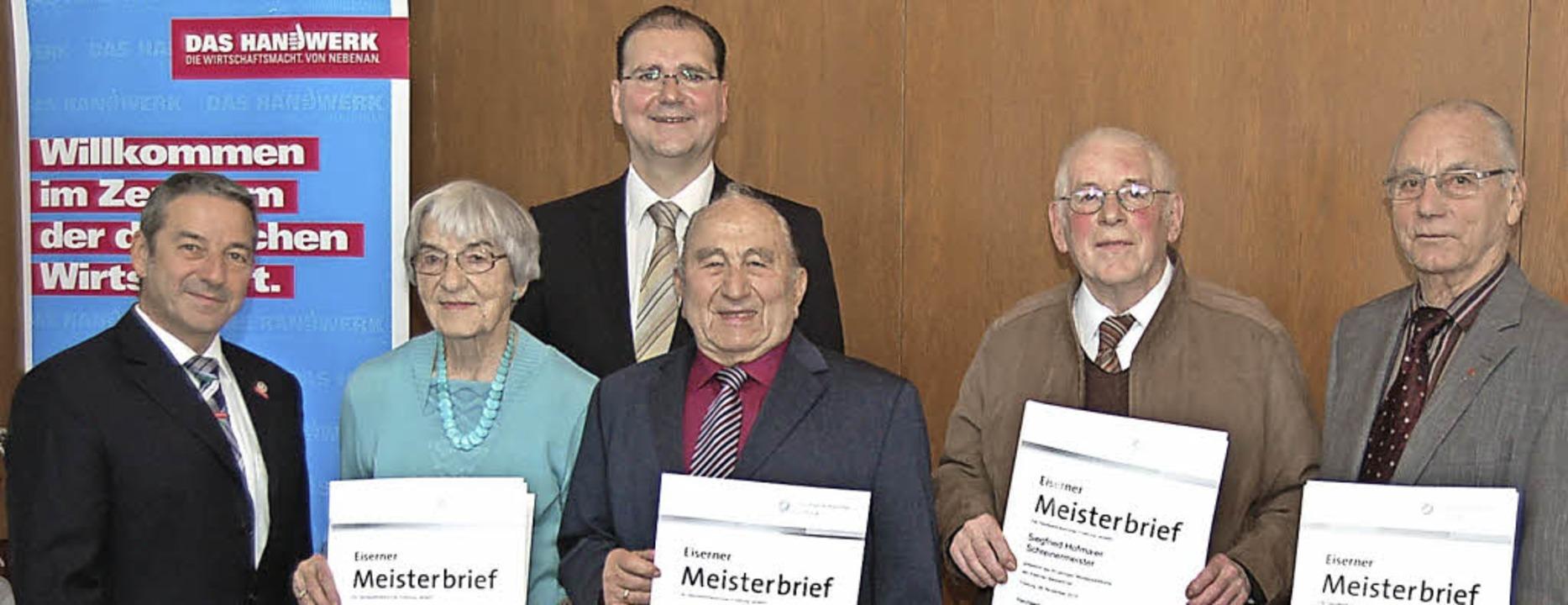 Seit 60 und mehr Jahren Meister: Hilde...ich (ganz links) und Martin Schubnell.  | Foto: Christian Ringwald