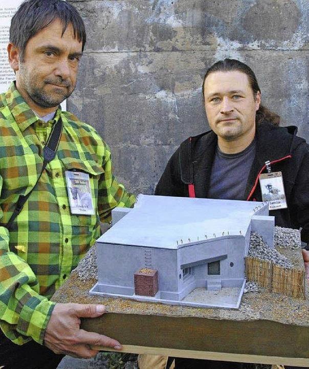 Sascha Kuhnert (rechts) und Friedrich ... dem Modell des Bunkers beim Stauwehr.  | Foto: SEDLAK