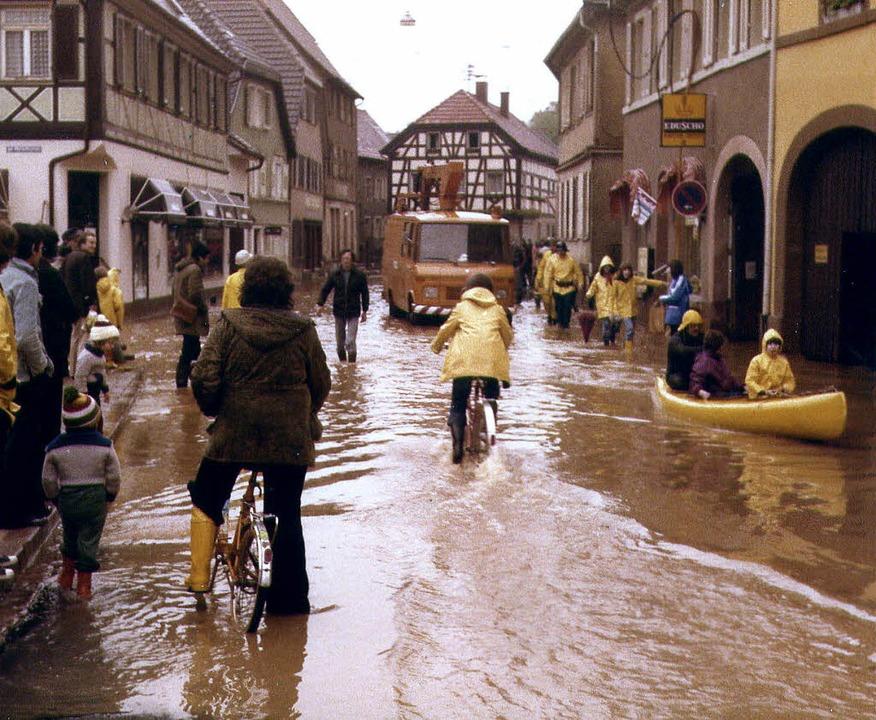 Im Boot durch die Innenstadt beim Hochwasser 1978  | Foto: martin Bildstein