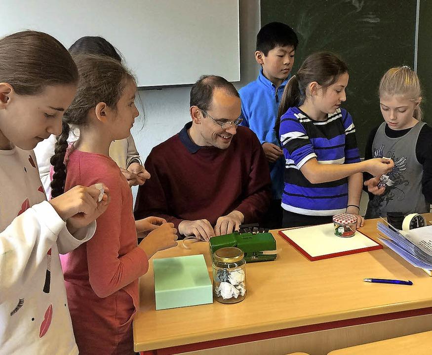 Mischa Knebel gab den Schülern interessante Einblicke     Foto: Jörg Treutle