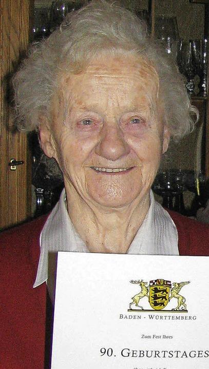 Zum Runden gab es eine Urkunde von Bürgermeister Ahlers für Frieda Riesterer.   | Foto: Manfred Lange