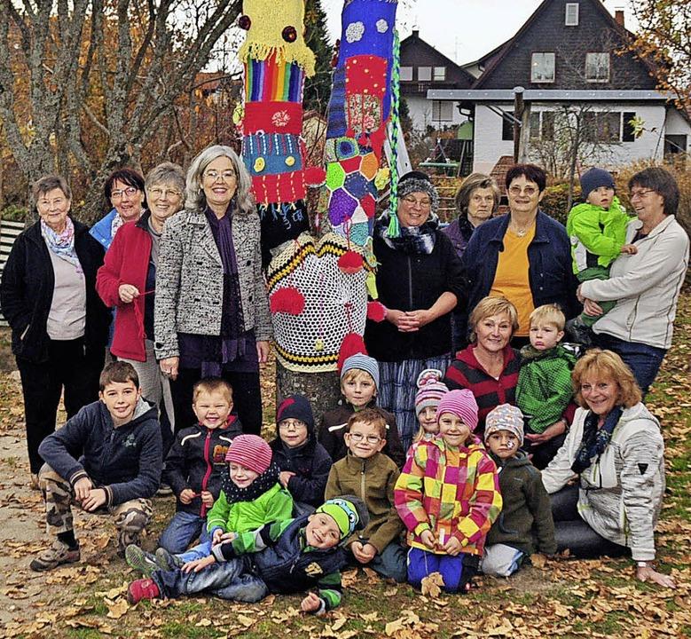 Buntes Bild: Kinder und Großmütter sin...n Baum im Kindergarten Höchenschwand.   | Foto: Stefan Pichler
