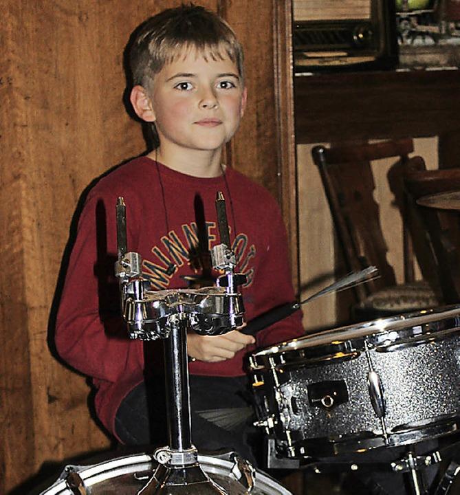 Benjamin ist gerade mal zehn Jahre alt... ganz gewaltig was drauf an den Drums.  | Foto: Martha Weishaar