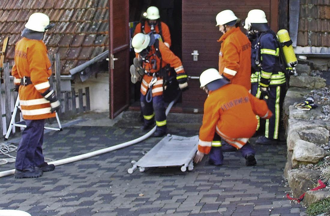 Die Feuerwehr Boll übt die Rettung aus der Scheune.     Foto: Cornelia Selz