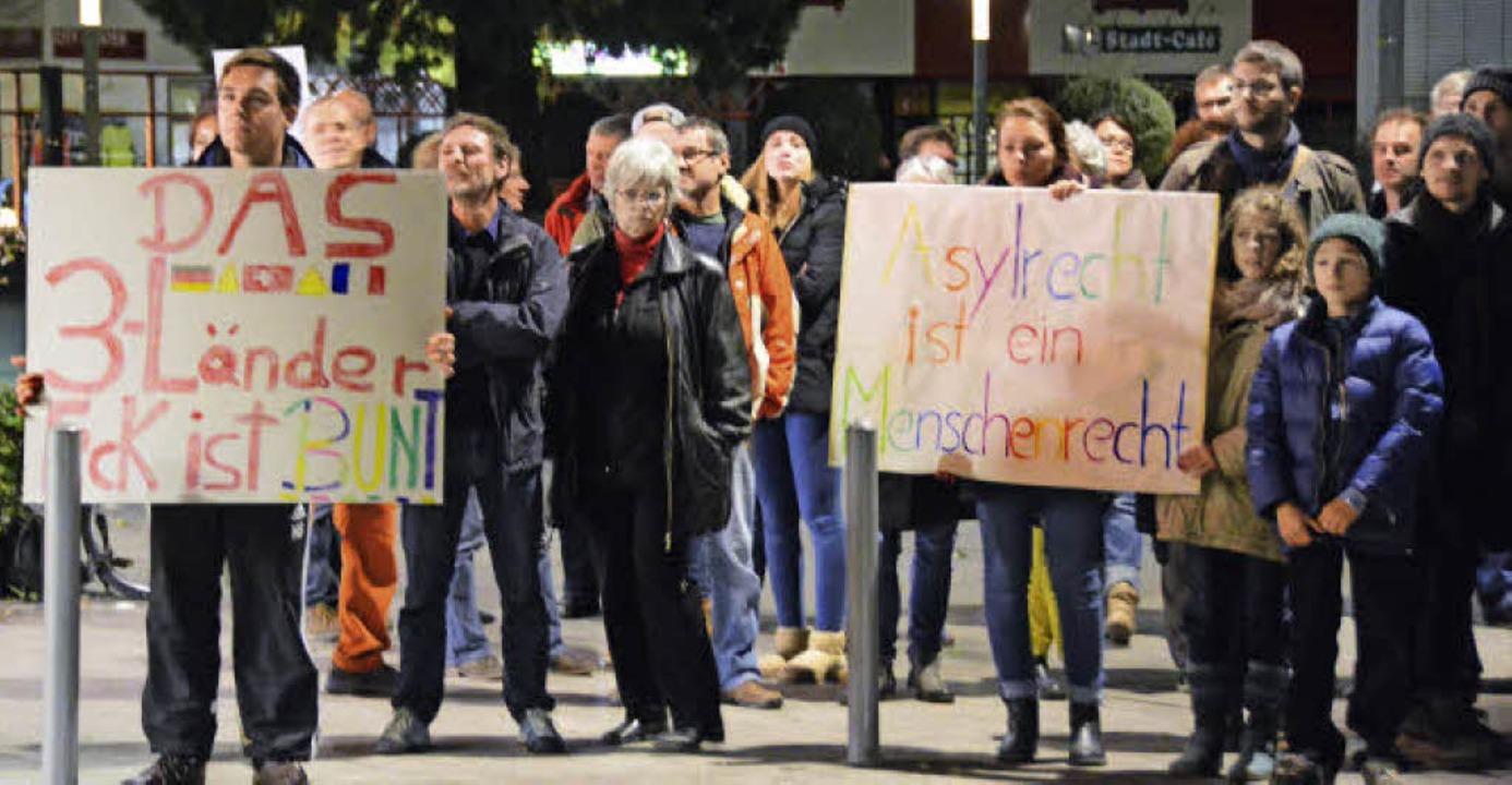 Protestierende auf dem Rathausplatz er...gabend die Ankunft der Antifa-Gruppe.     Foto: Lauber