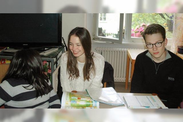 Schüler des Kollegs St. Blasien helfen Flüchtlingskindern bei Hausaufgaben