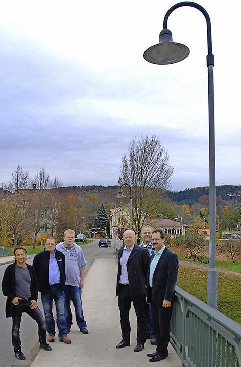 Offizielle Inbetriebnahme der LED-Leuc...ro Wetzel) und Bürgermeister  Bühler.     Foto: Edgar Steinfelder