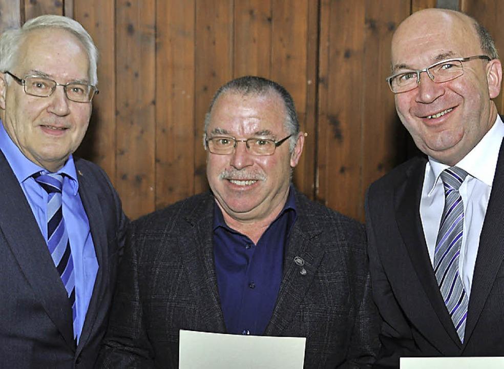 BDB-Vizepräsident Helmut Steinmann ehr...Brugger und Peter Hässler (von links).    Foto: Daniel Gramespacher