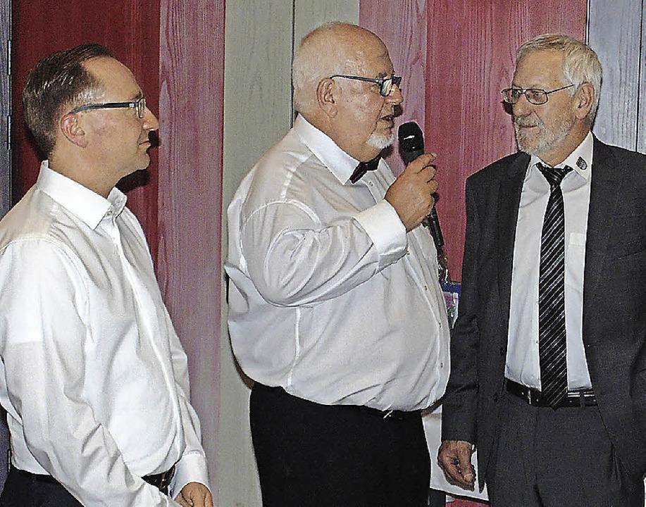 Bürgermeister-Stellvertreter Paul Erha...l Richter (von rechts) zum Jubiläum.      Foto: Michael Gottstein