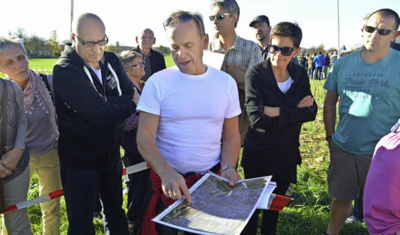 Tilo Kratz (Mitte) erklärt kritische Punkte im Trassenverlauf.  | Foto: Martin Eckert