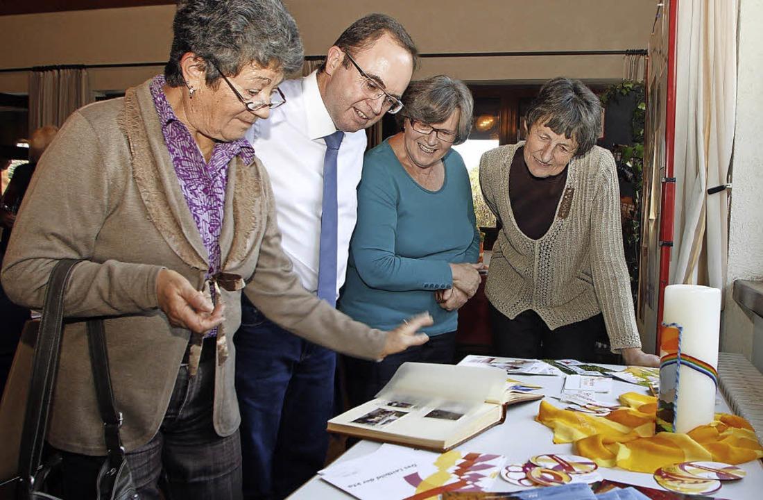Die Frauengemeinschaft hatte auch eine...uch von Bürgermeister Thomas Schäfer.     Foto: heidi fössel