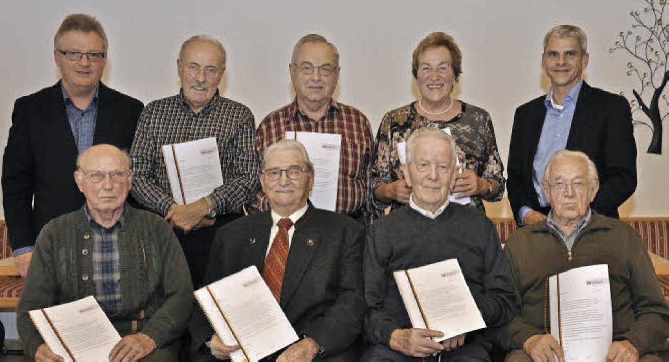 60 Jahre gehören Gregor Schätzle und A...zenden Udo Beck (hinten links) geehrt.  | Foto: Kai Kricheldorff